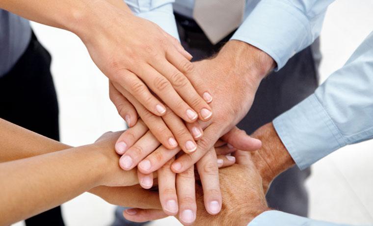 Équipe mettant les mains sur les autres